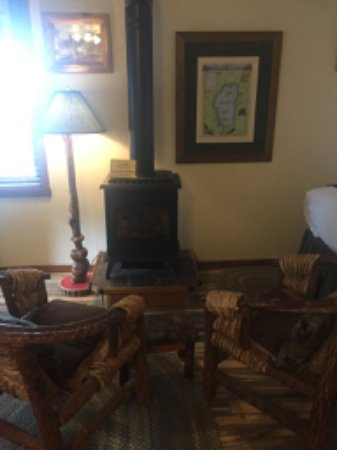 Franciscan Lakeside Lodge : Gas stove with chairs