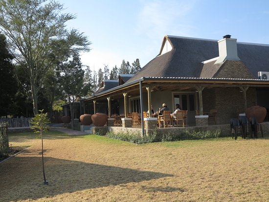 Addo, Sudáfrica: The outside stoep where we ate, beautiful building