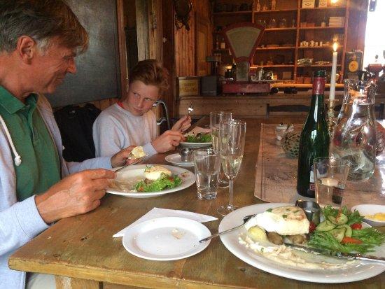 Meloy Municipality, Noruega: Støtt brygge er et fantastisk flott sted i havgapet. Nydelig mat i nydelige omgivelser. Vi bodde