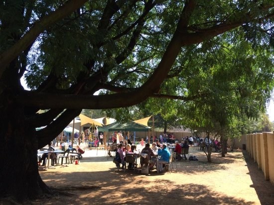 Benoni, South Africa: Lovely outdoor seating area, can always keep an eye on the kids