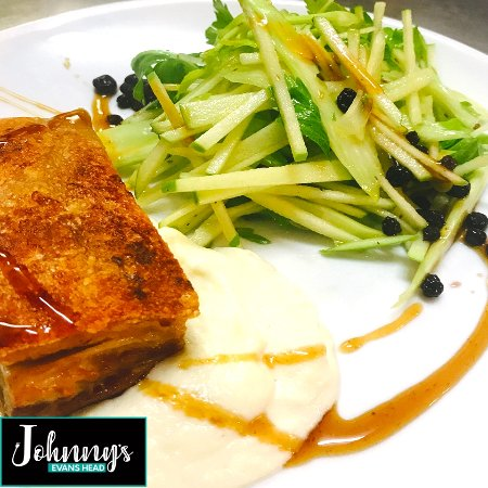 Evans Head, Australien: Crispy Pork Belly with Cauliflower puree and Apple Celery Salad with Currants
