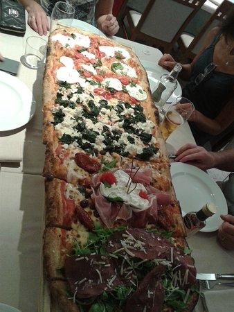 bar ristorante pizzeria LA PERLA: Pizza a metro (adatta per 4 persone)