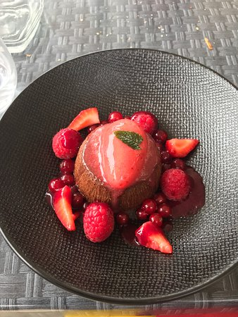 Tremolat, France: Chocolate pudding and summer fruit