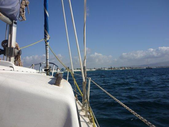 Sailing Center Marina Piccola : Vue de l'avant du bateau de Morizio et toit de la petite cabine