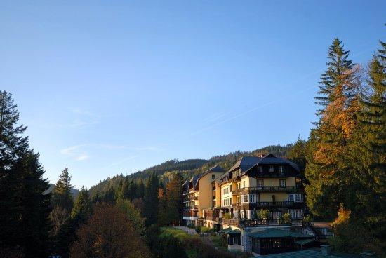 Puchenstuben, Østerrike: Blick von der Villa auf das Hotel Hauptgebäude