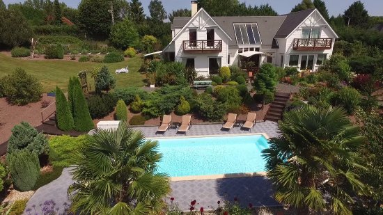 Surville, Francja: View of the pool and house from a drone!