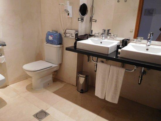 Cuarto de baño muy completo.: fotografía de Meliá María Pita, A ...