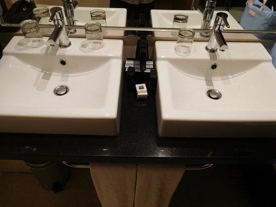 Ba o con dos lavabos bild von melia maria pita la for Banos con dos lavabos