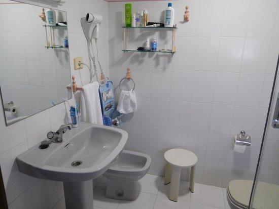 Hotel Playa: Baño muy completo. Cuenta con bidé.
