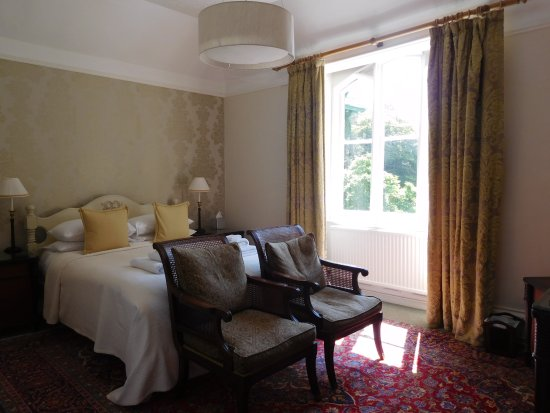 Ambleside Lodge: Bedroom overlooking gardens