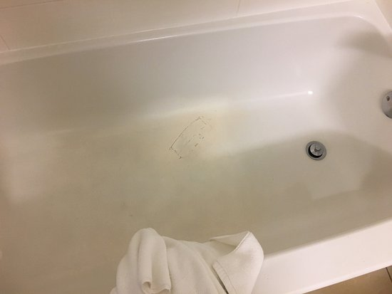 Holiday Inn Express and Suites Oceanfront: Damaged bath tube