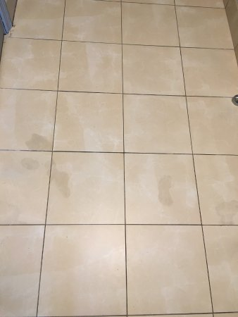 Holiday Inn Express and Suites Oceanfront: Dark stains on entry floor