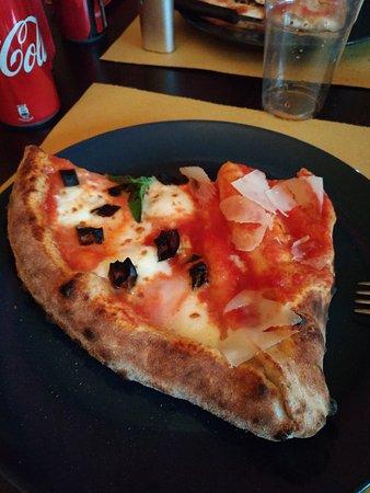 """Donna Rosa pizzeria cucina carni alla griglia panini: Una fetta di """"Mezzo e mezzo"""", cioè metà pizza normale e metà """"pieno"""" (tipo """"calzone"""")"""