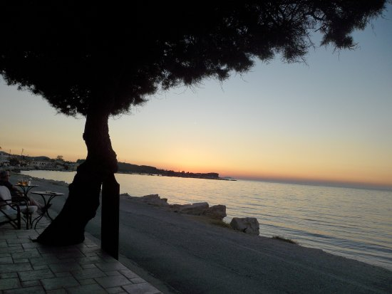 Semeli Hotel: Nearby beach and lovely sunsets