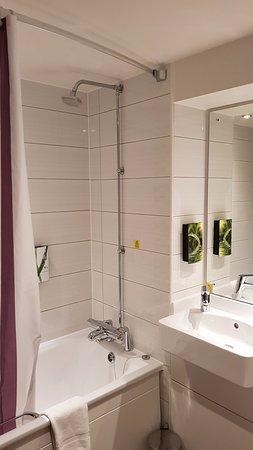 Premier Inn London Kings Cross Hotel: Bathroom