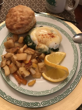 1896 O'Malley House Bed and Breakfast: Eggs Benedict Breakfast. Made Fresh and lovely with homemade biscuits.