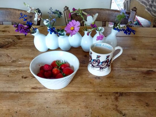 Hindringham, UK: Fresh flowers and fresh fruit.