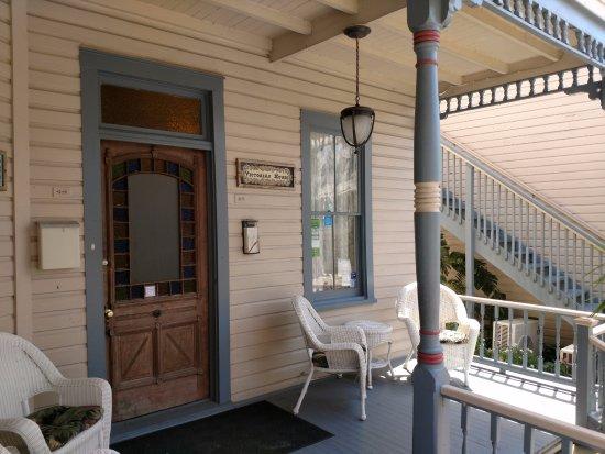 فيكتوريان هاوس: Welcoming front porch of main house