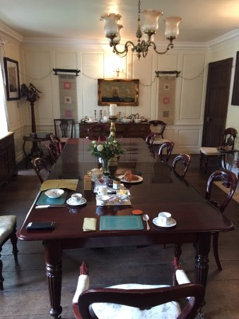 Compton House: Breakfast at the Captain's Table!