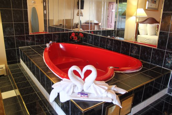 Knights Inn By The Falls : JACUZZI SUITE
