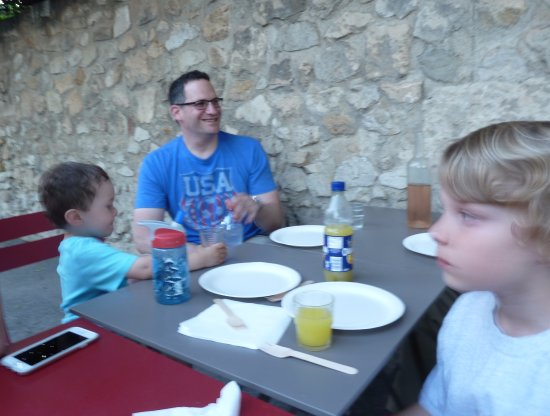 Pizza Brun : Grand children eagerly anticipating pizza on our 1st night in France