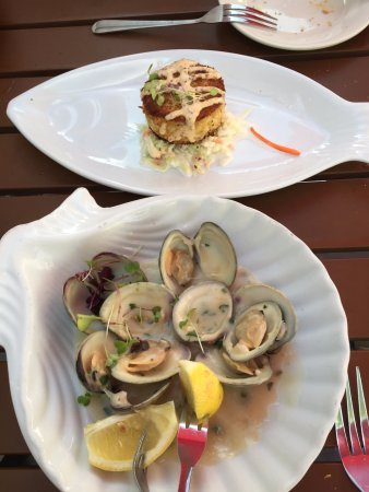 Merrick, นิวยอร์ก: crab cake and little neck clam appetizers