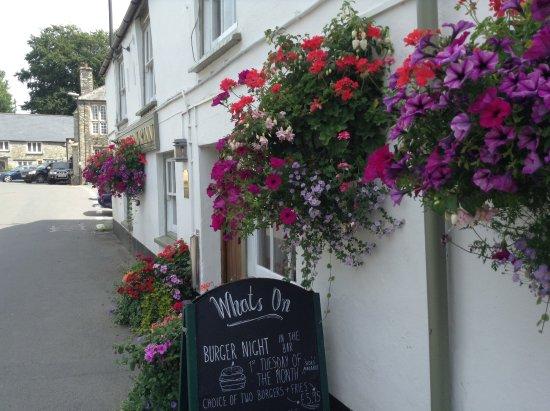 Buckland Monachorum, UK: Pretty exterior of the Drake Manor Inn