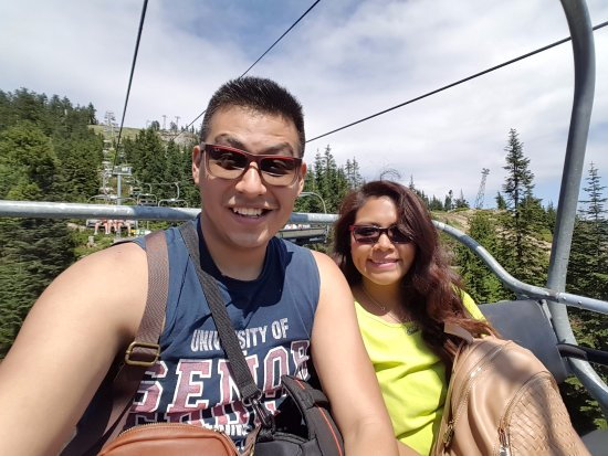 Vancouver-Nord, Canada : Una vez que llegamos a la cima, tomamos una pequeña góndola que nos llevó a la punta mas alta!!