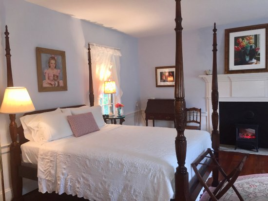 South Boston, VA: Blue Room with queen bed