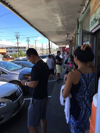 Helena's Hawaiian Food: The line outside at lunch time; they have water outside!