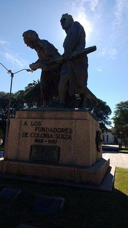 Monumento a los fundadores en la plaza de Nueva Helvecia