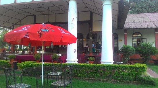 Kaziranga Golf Resort: open cafeteria