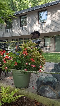 Halesford Harbour Inn: Patio with grill, fire pit and water fountain..