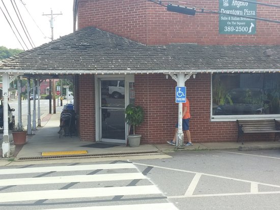 Hayesville, Северная Каролина: Out side Angelo's Downtown Pizza