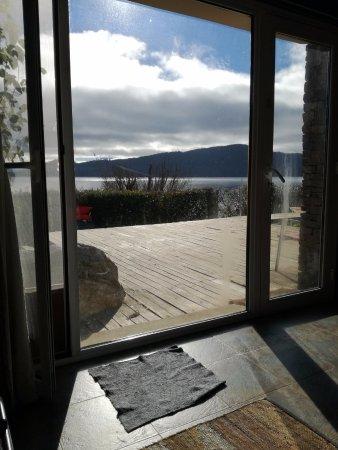 Apart Hotel Cabañas Balcón al Lago: Deck de la casa del lago, vista desde el living