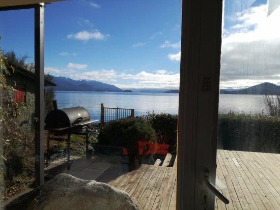 Apart Hotel Cabañas Balcón al Lago: vista desde el living hacia el lago...acceso privado a la playa