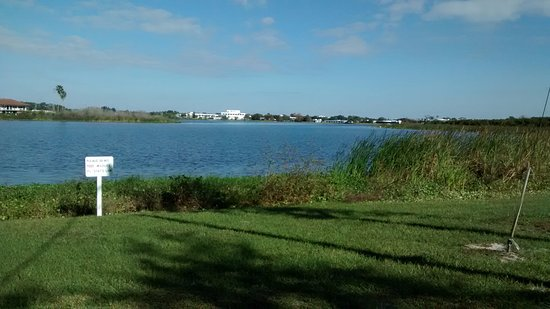 Avon Park, Flórida: Lake Glenada and a look at South Florida State across the way.