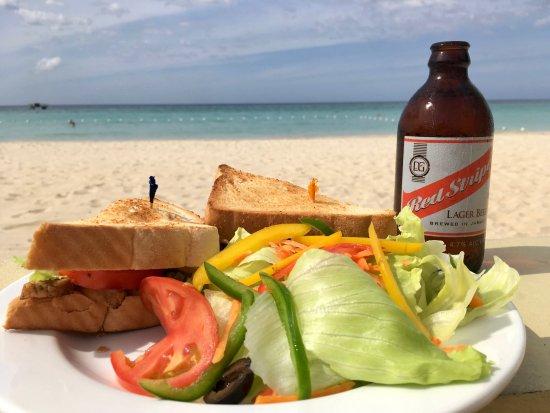 روومز أون بيتش نيجريل: A lovely grilled jerksandwich with local fresh veggies. A supersandwich on the beach with a cold