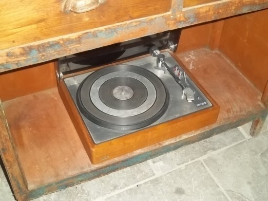 Agrovino Wine Shop & Bar Lofou: Old record player