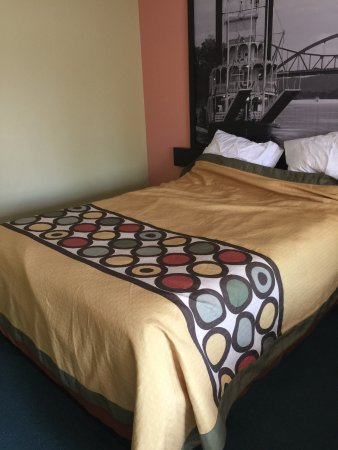 Bedroom Color Scheme Dark Teal Carpet Pea Green Wall Dark Peach Wall Mustard Yellow Bedspre Picture Of Super 8 By Wyndham Sturgeon Bay Sturgeon Bay Tripadvisor