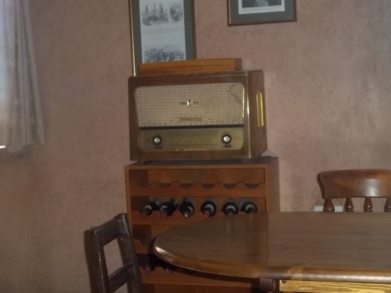 Agrovino Wine Shop & Bar Lofou: Old fashioned  radio