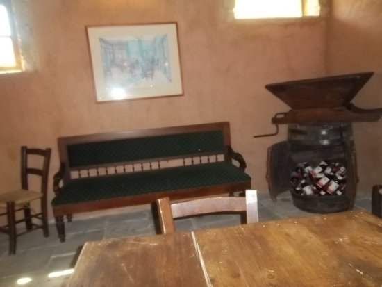 Agrovino Wine Shop & Bar Lofou: Old sofa