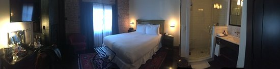 Granada Hotel and Bistro: Panoramic view of bedroom and bathroom from the door