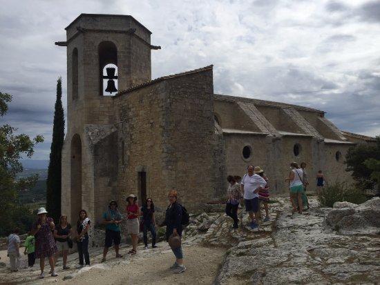 Oppede, Francia: Do lado de fora a igreja já está totalmente restaurada