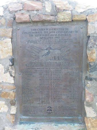 Kylesku Bridge: Monument érigé à la mémoire de la XIIè flotille sous-marine s'étant dans ces eaux en 1943