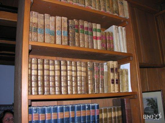 Motiers, Suisse : Bibliothèque.