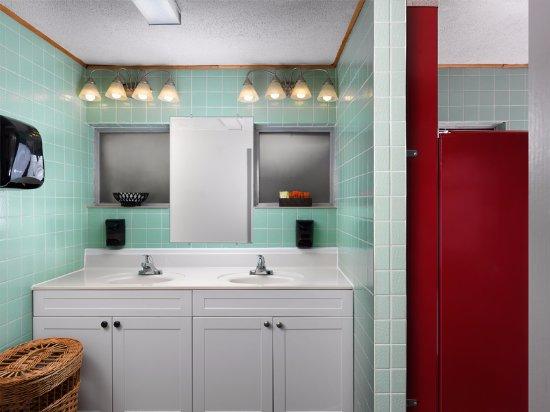 Bowen Island, Canada: Shared bathrooms for ocean and garden view rooms