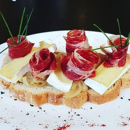 Mora la Nova, Spain: Torrada amb ceba caramel•litzada, formatge brie i pernil ibèric D.O.