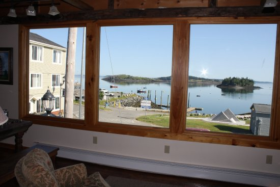 Water Street Tavern & Inn: Picture windows looking out at Johnson's Bay