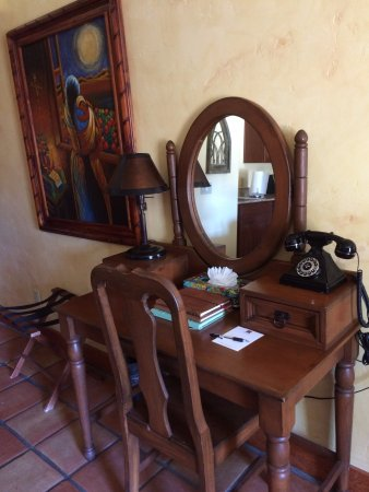 Avila La Fonda Hotel: Attention to detail is great. 3 books filled with guests' positive comments on the desk - add to